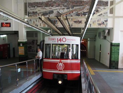 Ritje door tunnel met historische, 140 jaar oude tram