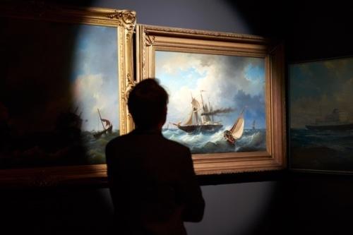 Daan Roosegaarde bekijkt zijn horizon in het Pop-up museum van DWDD in Allard Pierson Museum in Amsterdam