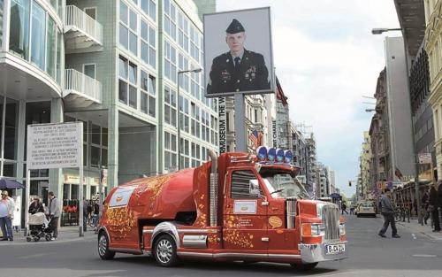 Mini truck van het Curry Worst museum bij Checkpoint Charlie in Berlijn