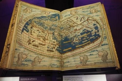 Geographia (1482) een van de vele atlassen in het Scheepvaartmuseum in Amsterdam foto Wilma Lankhorst