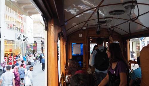 Terug vanaf Taksim-plein met de tram door Istiklal Caddesi